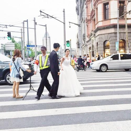 上海の路上でエンゲージメントフォト撮影