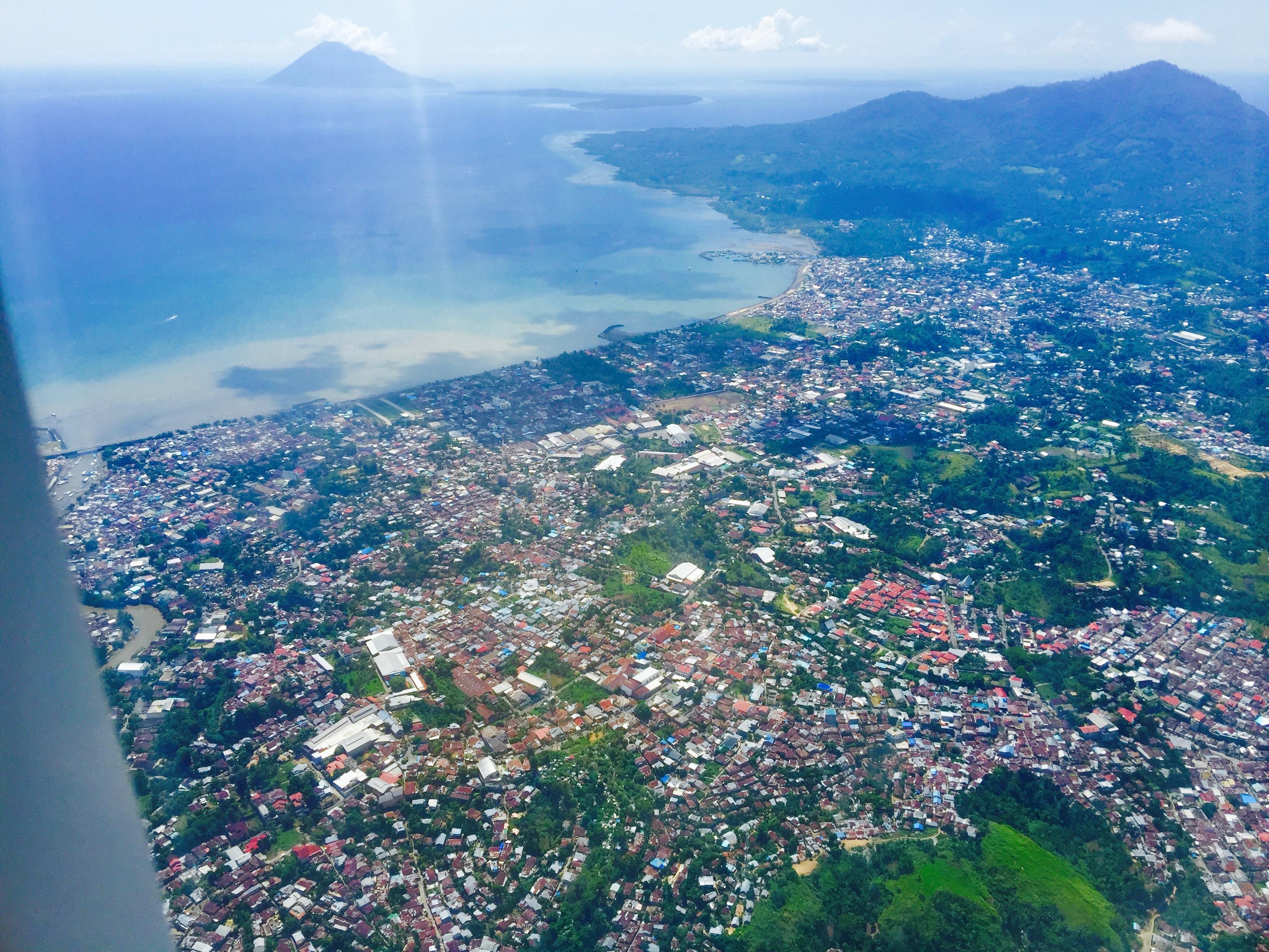 移住初日、飛行機から見たマナドの街並み