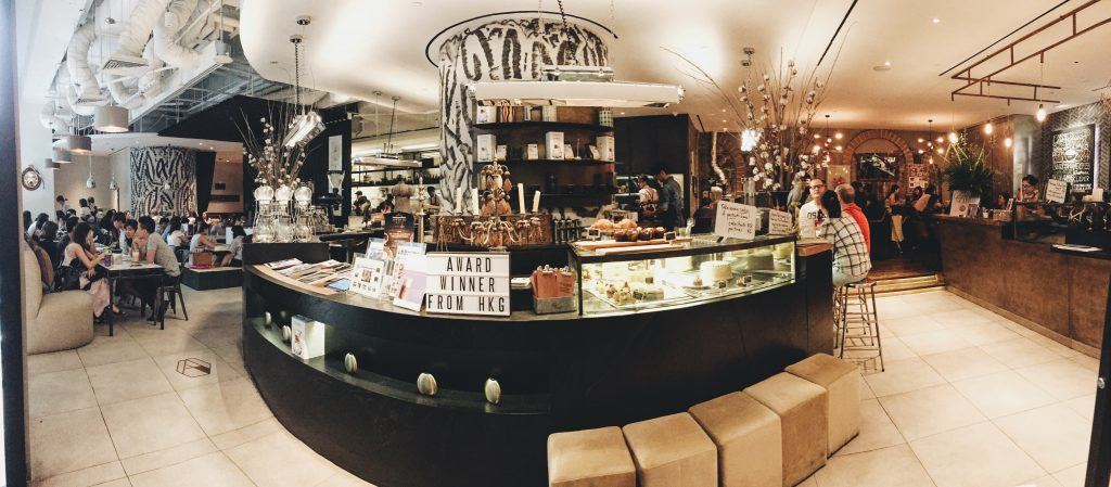 The Coffee Academics シンガポールのカフェの店内パノラマ