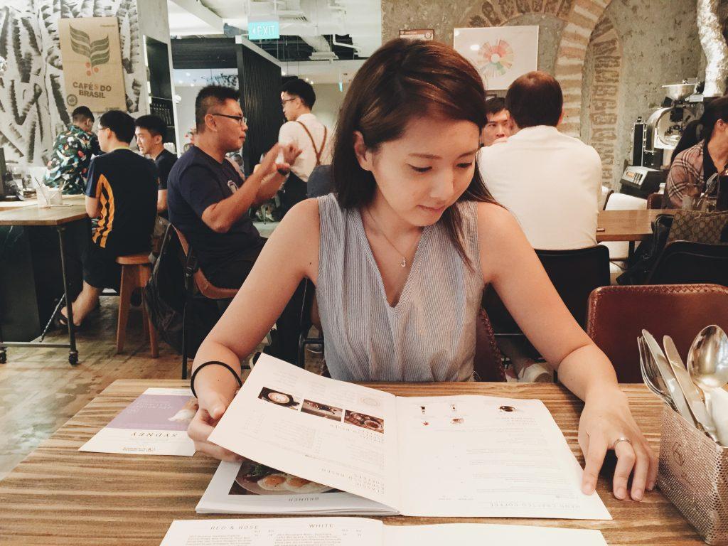 The Coffee Academics シンガポールでメニューを見る女性