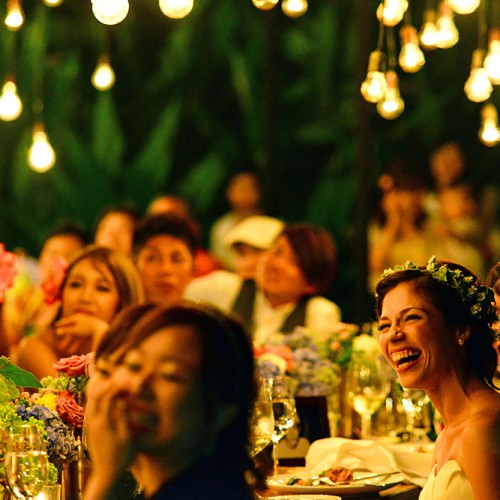 結婚式で笑顔のカップル