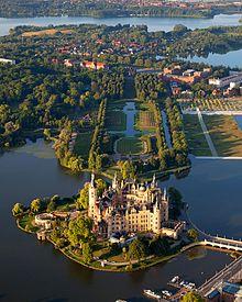 220px-Schwerin_Castle_Aerial_View_Island_Luftbild_Schweriner_Schloss_Insel_See