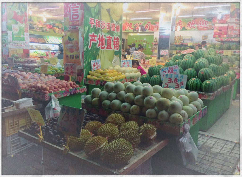 上海の八百屋さんに並ぶスイカとドリアン