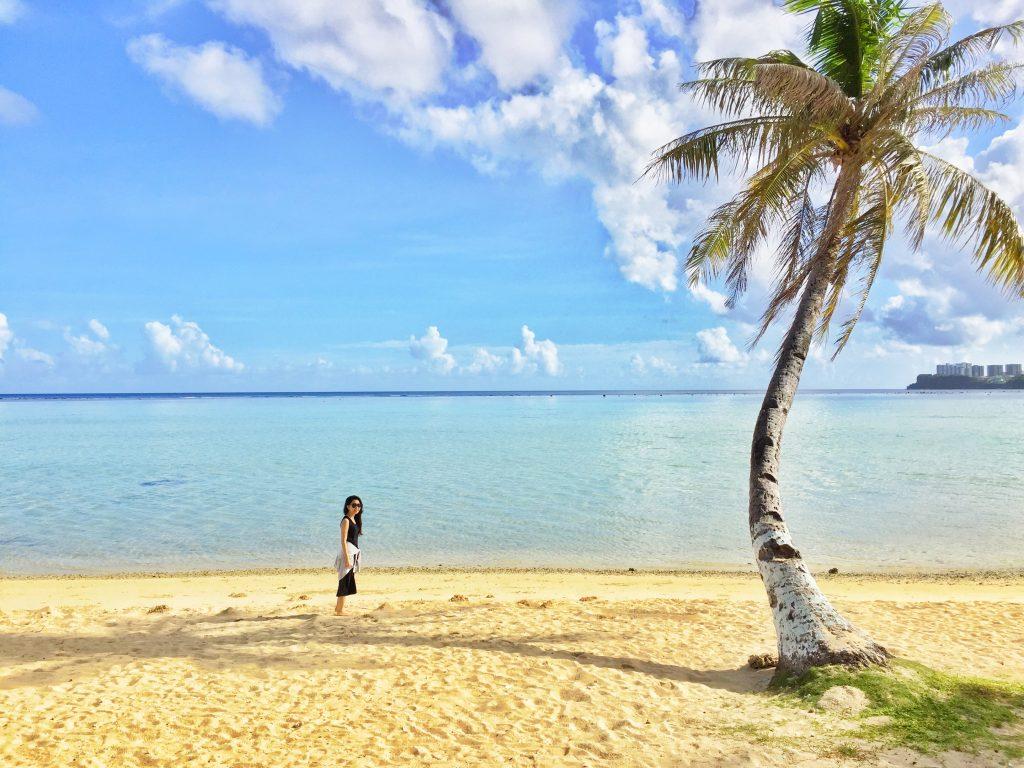 TuRe Cafeから降りられる椰子の木のあるビーチ