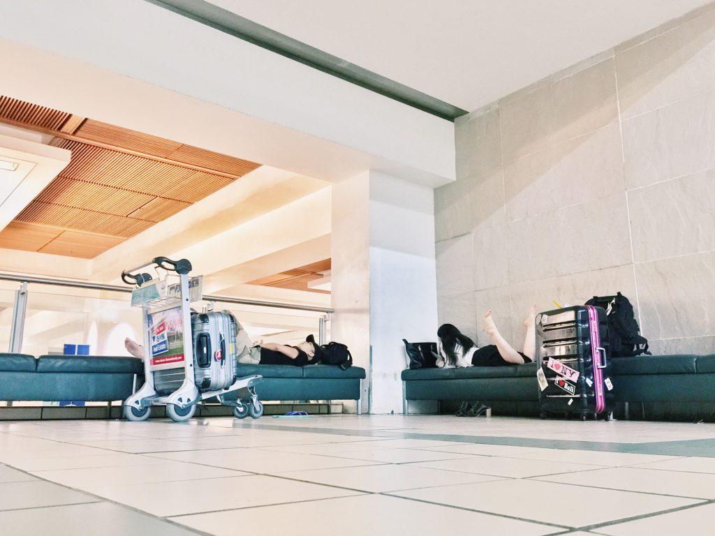 グアムの空港のベンチで夜を過ごす