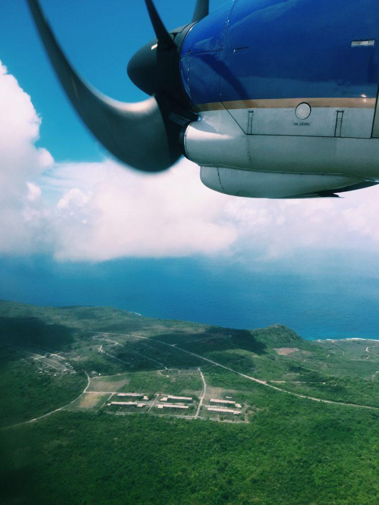 プロペラ飛行機から外を見る