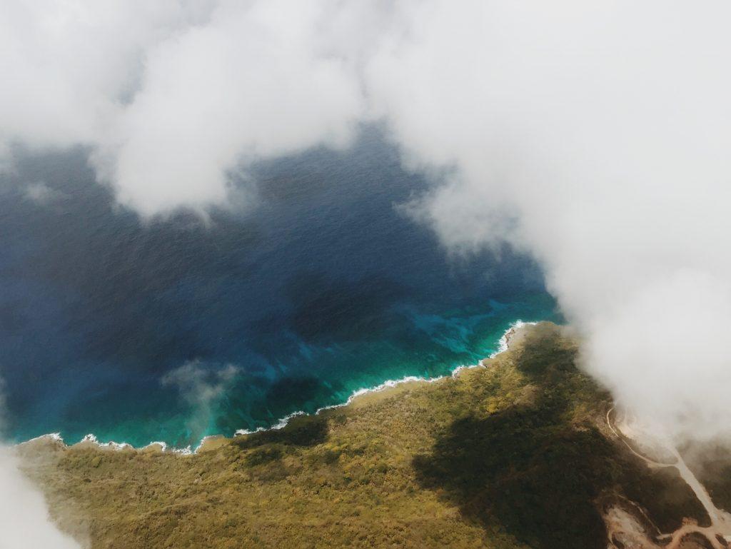 飛行機から見た青い海
