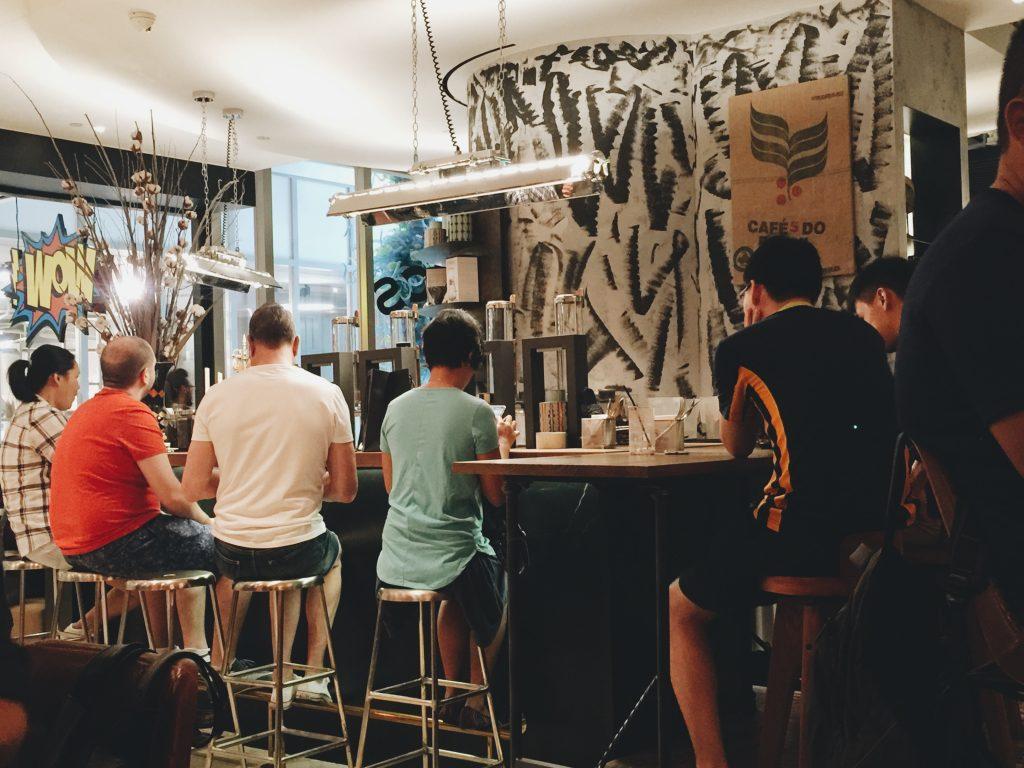 シンガポールのカフェのカウンターに座る人々