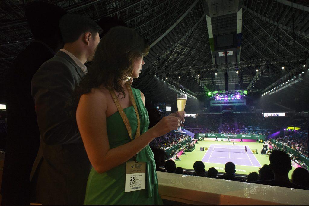 シンガポール WTF Finals Singapore テニス試合を観戦するカップル
